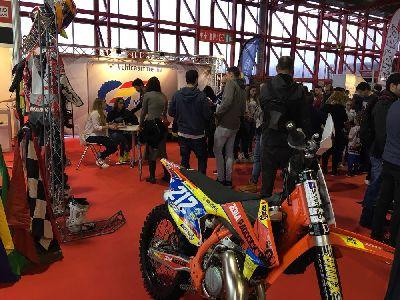 El stand de la Comisión Femenina de Motociclismo de la RFME, uno de los más visitados de MotoMadrid
